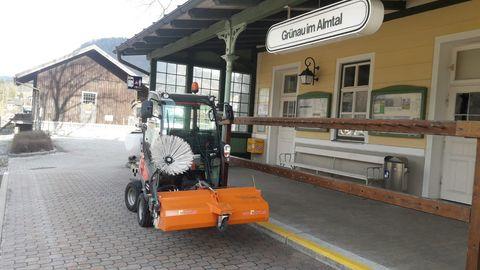 Husqvarna P525 mit Kabine / Kehrmaschine für Profirider