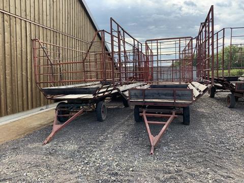 Verschiedene Ballentransportwagen mit Aufbau