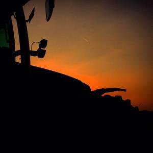 Fendt 815 im Sonnenuntergang