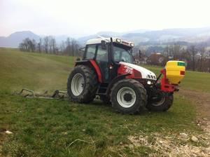 Steyr 975 bei der Grünlandbearbeitung