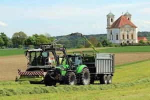 Grashäckseln mit Blick auf die Marienberger Kirche