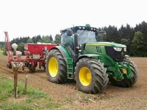 John Deere 6170R setzt Mais mit Kverneland Accord Optima und