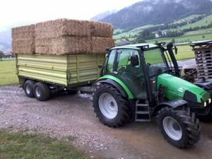 Deutz - Fahr Agrotron 85 beim Strohballen liefern