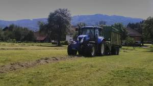 New Holland mit Krone Ladewagen