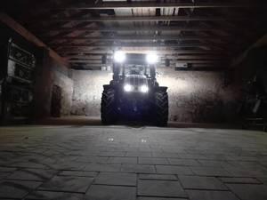 Steyr Kompact in einer leeren Maschinenhalle - Holzernte kan