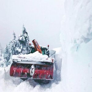 Valtra T234D beim Schneefräsen