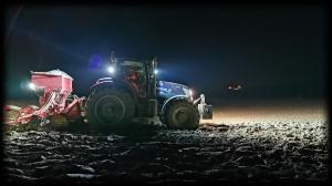 Weizen säen bei Nacht