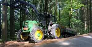 John Deere 2040S beim Holztransport