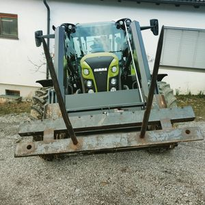 Claas Arion 440.