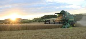 John Deere T550i HM bei Sonnenuntergang