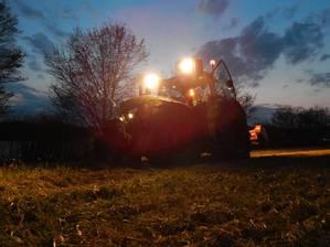 Fendt 722 nachts beim Mulchen